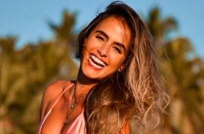 """Ex-BBB Carol Peixinho posa na areia da praia e fãs disparam: """"Que visão maravilhosa!"""""""