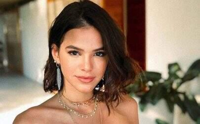 """Bruna Marquezine exibe curvas em biquíni diferenciado e fãs enlouquecem: """"Trava na beleza"""