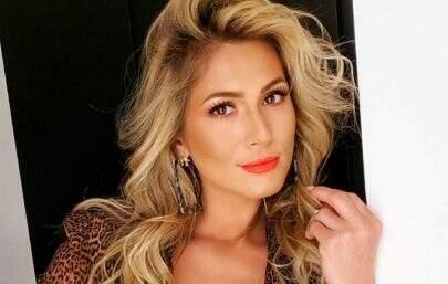 """Lívia Andrade posta cliques ousados na piscina e dispara: """"Pra mostrar minha pantera"""""""