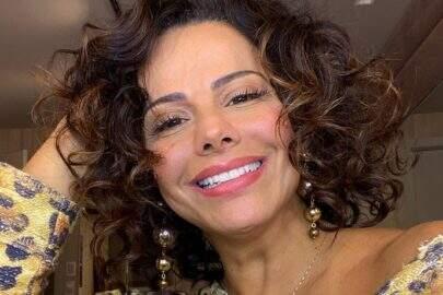 Viviane Araújo posta foto com namorado e ostenta corpão na web