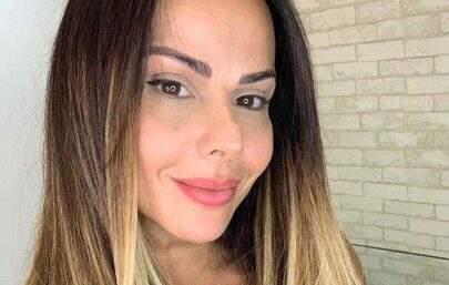 Viviane Araújo esbanja saúde surgir de biquíni em frente ao espelho