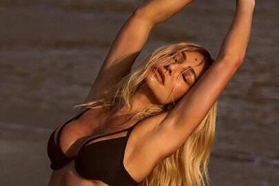 """Sabrina Sato volta a posar de biquíni em praia e fã pede: """"Continua, por favor"""""""