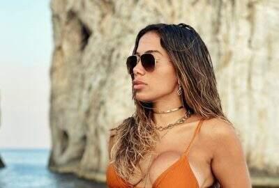 """Anitta comenta sobre seus relacionamentos: """"Todo mês uma pessoa diferente ou toda semana"""""""