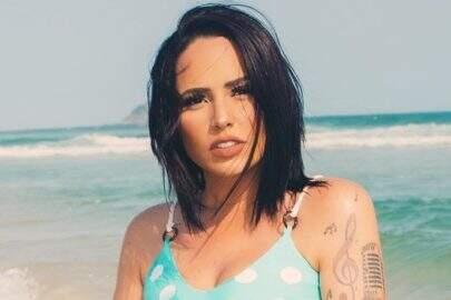 """Perlla esbanja boa forma em novo ensaio na praia e recebe elogios: """"Ela nasceu de novo"""""""
