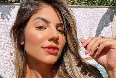 Ex-BBB Hariany Almeida aproveita passeio de lancha de e esbanja boa forma