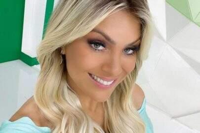 Renata Fan exibe look elegante para apresentar o 'Jogo Aberto' e web vai à loucura