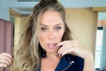 Adriane Galisteu surpreende web ao posar como veio ao mundo em cabine de bronzeamento