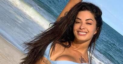 """Aline Riscado ostenta corpão em praia e fã dispara: """"É muita curva na linha do horizonte"""""""