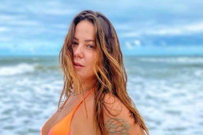 "Ex-BBB Maria Cláudia posta sequência de fotos de biquíni e pergunta: ""Seca ou molhada?"""