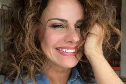 """Viviane Araújo exibe boa forma com vestido florido e encanta: """"Belíssima"""""""
