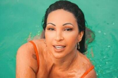 """Na piscina, Valesca Popozuda ostenta boa forma em clique de biquíni: """"Bem plena"""""""