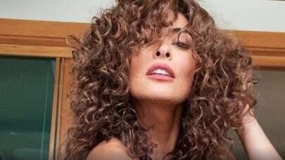 """De biquíni, Juliana Paes empina dá empinadinha no mar e Sabrina Sato se derrete: """"Deusa!!"""""""
