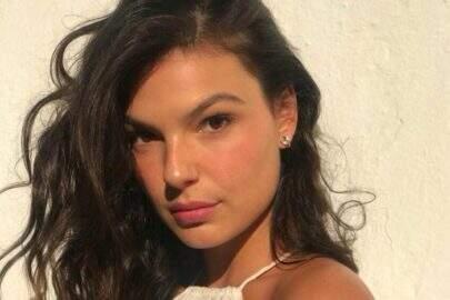 """Isis Valverde tira foto de vestido e quase mostra demais: """"Câmera pegou embaixo"""""""