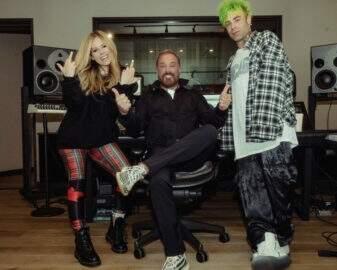Avril Lavigne posta fotos em estúdio e fãs acreditam em gravação de novo álbum
