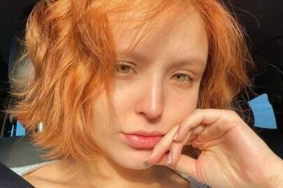 """De biquíni, Larissa Manoela dá empinadinha na praia e fã dispara: """"Virou um mulherão!"""""""