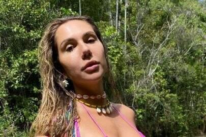 Carolina Portaluppi renova bronzeado na piscina e esbanja beleza natural na web