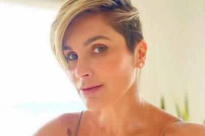 """Ao ar livre, Flávia Alessandra posa na banheira em momento relaxante: """"De férias"""""""