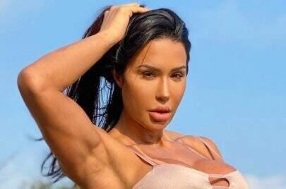 Gracyanne Barbosa posa com vestido luxuoso e impressiona web