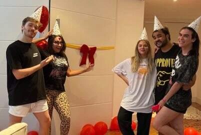 Amigos fazem festa para Luísa Sonza depois de quebrarem sua porta