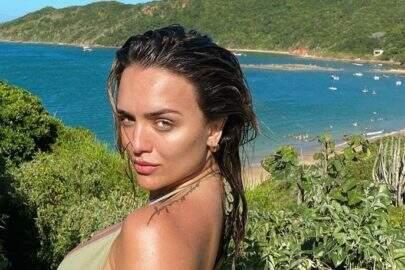 Ex-BBB Rafa Kalimann posta sequência de fotos na praia e eleva o clima na web
