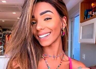 De biquíni, Brunna Gonçalves exibe corpão em frente ao espelho e fãs reparam em detalhe ousado