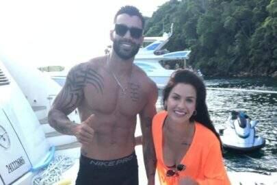 Gusttavo Lima e Andressa Suita curtem passeio de barco em Angra dos Reis
