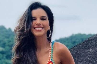 Mariana Rios renova o bronzeado na praia e eleva o clima na web