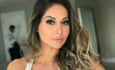 """Em lancha, Mayra Cardi coloca pernas para jogo e fã dispara: """"Nunca vi mais linda"""""""