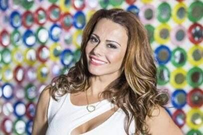 Viviane Araújo dá pausa no treino para exibir boa forma em frente ao espelho