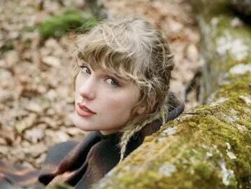 """Taylor Swift é processada por parque temático dos EUA pelo seu álbum """"evermore"""". Entenda a polêmica!"""