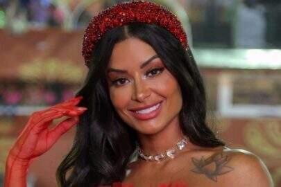 """De look ousado, Aline Riscado relembra carnaval em vídeo sambando muito: """"Arrasa muito!"""""""