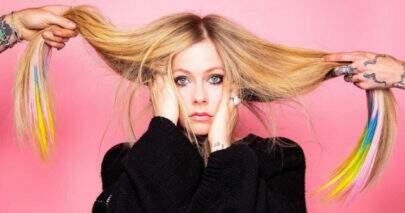 Avril Lavigne recebe presente inusitado de cantor e cai na risada
