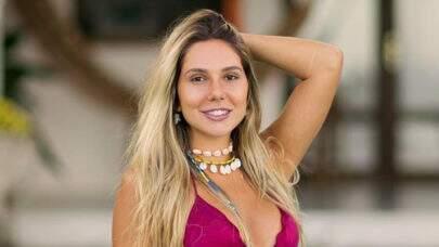 """Carolina Portaluppi dá empinadinha ousada na praia e dispara: """"Como é bom ser livre"""""""