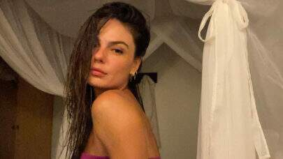 "De biquíni, Isis Valverde mergulha na piscina e fã dispara: ""Sereia existe mesmo!"""