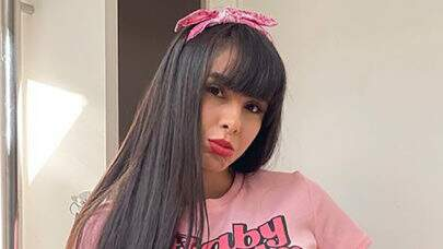 """Juliana Caetano, do Bonde do Forró, surge com seu cachorro no colo e brinca: """"Quer ser pai?"""""""