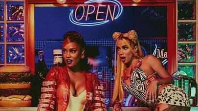 De férias, Anitta e MC Rebecca divulgam nova foto em cachoeira