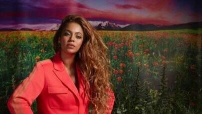 Beyoncé posa poderosa em passeio de barco com amigas e corpão chama atenção