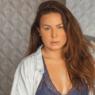 Ex-BBB Maria Cláudia exibe corpão natural em foto sem edições
