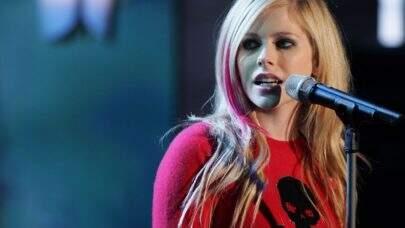 """Mansão da Avril Lavigne é invadida por fã que se apresenta como """"namorado"""" da cantora"""