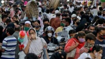 Sistema de saúde da Índia entra em colapso e Nova Delhi adota lockdown