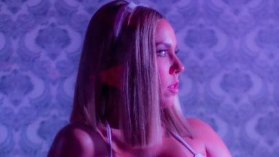 Mulher Melão dança em frente ao espelho da academia e impressiona