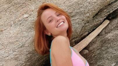 """De top mínimo, Larissa Manoela exibe shape sarado e web vai à loucura: """"Mulherão demais"""""""