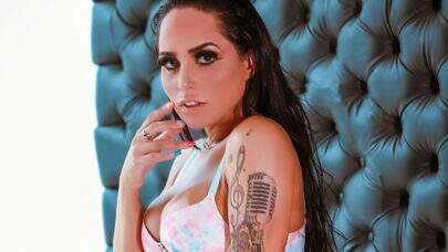 """De lingerie, Perlla divulga cliques de ensaio ousado e fã dispara: """"Gata bronzeada!"""""""