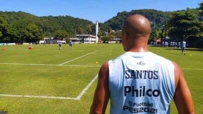 Após retorno às atividades com bola, Carlos Sánchez negocia sua renovação com o Santos