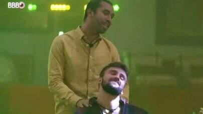"""BBB21: Para animar, Gilberto faz massagem e morde pescoço de Arthur: """"Ele tá doentinho"""""""