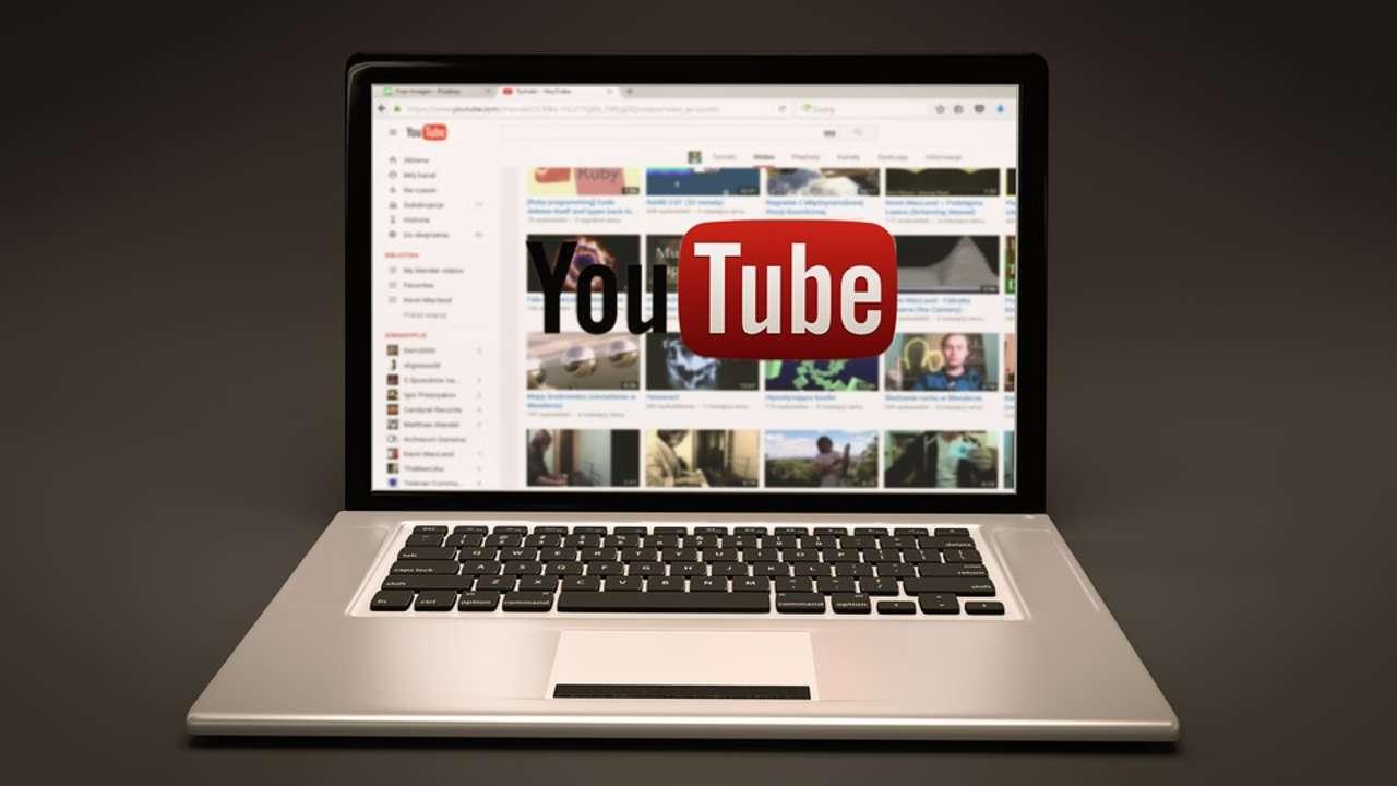 Notebook aberto com o YouTube