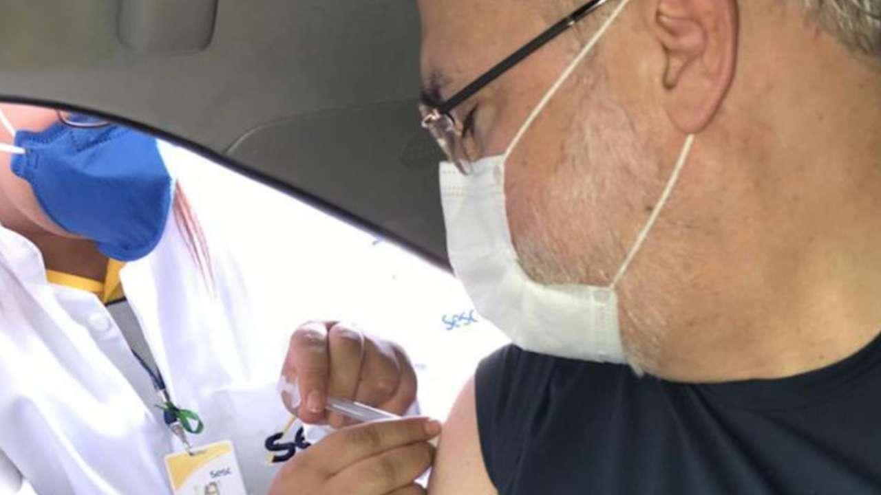Augusto Aras sendo vacinado contra a Covid-19