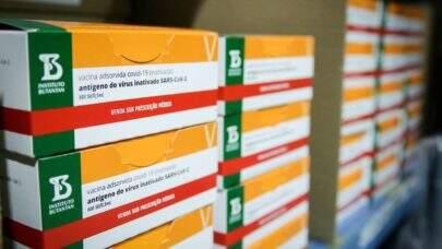Cidades estão guardado vacinas para a segunda aplicação, afirma confederação de municípios