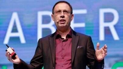 Compra de vacinas por empresas não é furar fila, de acordo com empresário Carlos Wizard