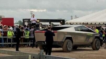 Elon Musk é flagrado por multidão enquanto dirige o Tesla Cybertruck